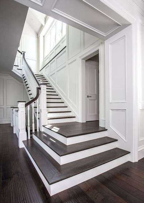 8. Escada com porcelanato amadeirado escuro e paredes brancas – Via: Pinterest