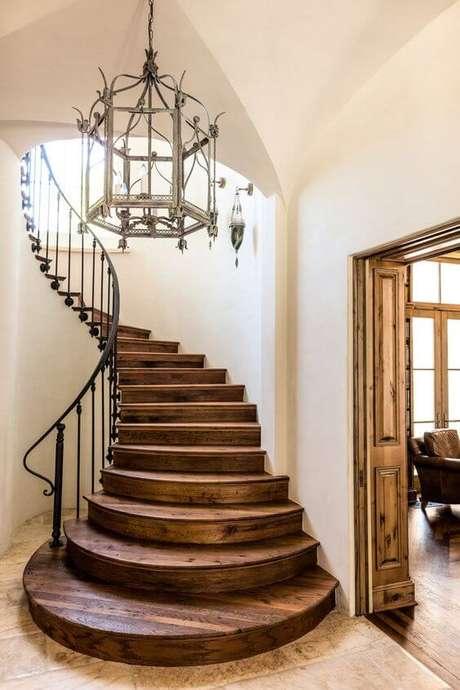6. Escada com porcelanato amadeirado escuro – Via: Pinterest