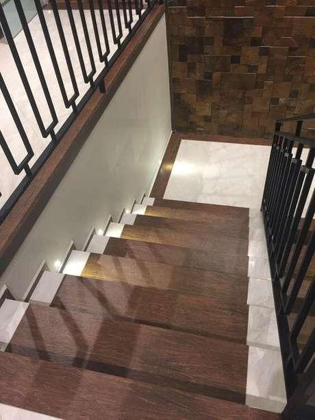 9. Decore sua escada com porcelanatos antiderrapantes – Via: Pinterest