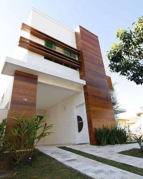 7. Fachada de casa com muro amadeirado – Via: Pinterest