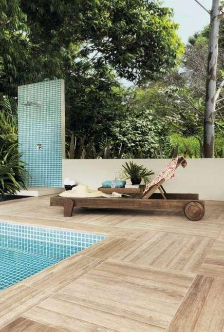 12. Área da piscina com porcelanato que imita madeira – Via: Pinterest