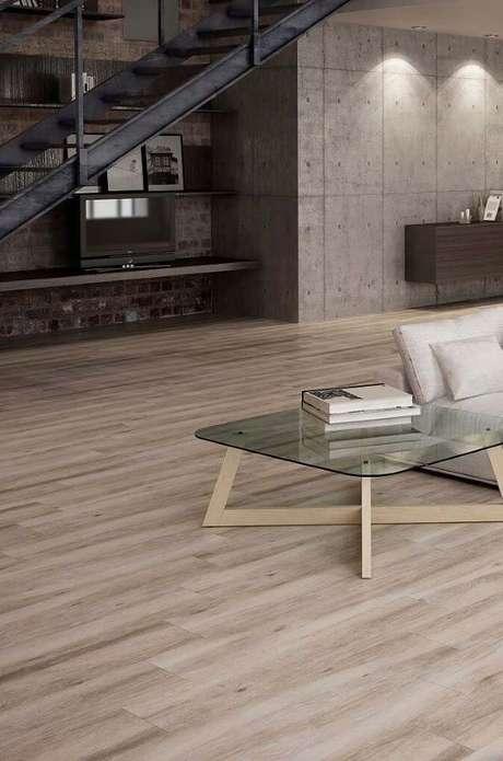 18. Sala de estar com porcelanato que imita madeira clara – Via: Pinterest