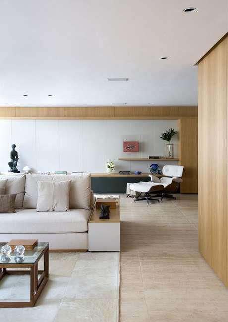 2. Sala de estar com porcelanato amadeirado claro – Via: Casa Vogue