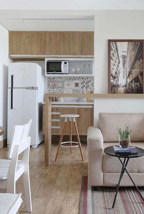33. Sala integrada com cozinha com porcelanato amadeirado – Via: Pinterest