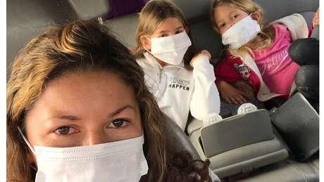 Maria e as filhas Eloah e Yara precisaram usar máscaras após ameaças do exército