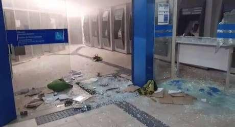 Atacado com explosivos, o prédio da Caixa em Taquarituba, interior de São Paulo, ficou bastante danificado. A agência era a única da cidade que pagava o auxílio emergencial em decorrência da pandemia.