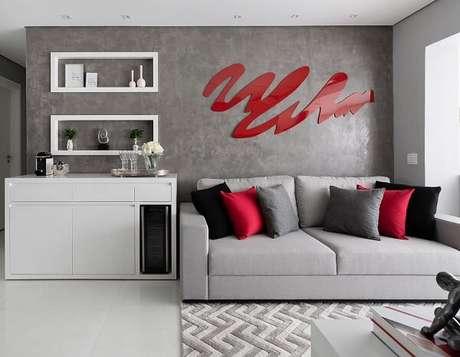 3. A cor da escultura de parede para sala de estar se destaca na decoração. Fonte: Monise Rosa Arquitetura