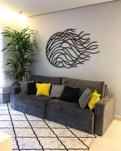 37. A escultura de parede complementa a decoração do cômodo. Fonte: João Paulo Raimundo