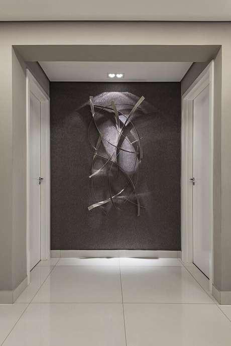 38. A escultura de parede foi destacada pelo spot de luz. Projeto por Laura Santos