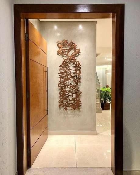 60. A escultura de parede foi exposta logo na entrada de casa. Fonte: Pinterest