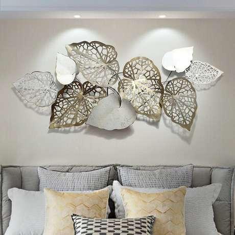 26. A escultura de parede metal decora a sala de estar. Fonte: Pinterest