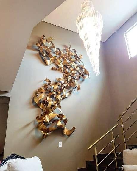 34. A escultura de parede pode fazer parte da área da escada. Fonte: Mario Sergio Lopomo