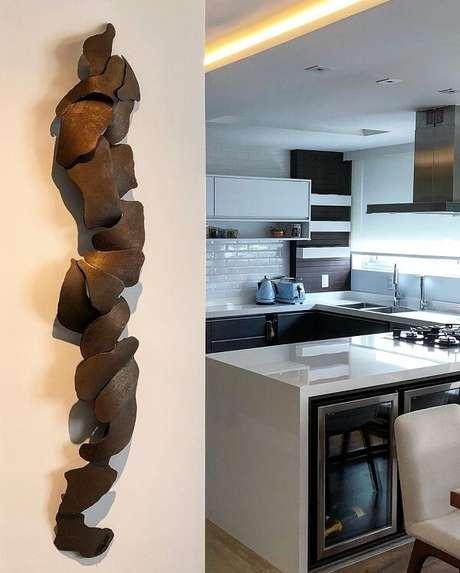 5. A escultura de parede se estende verticalmente. Fonte: Rapha Preto