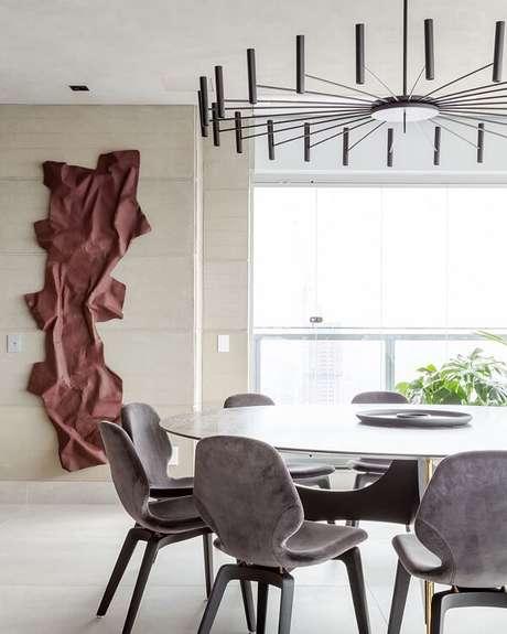17. A escultura de parede traz sofisticação para a sala de jantar. Fonte: Pinterest