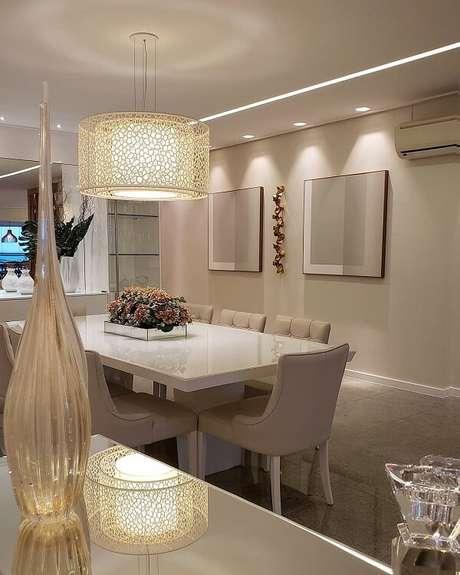 59. A escultura separa os dois quadros da sala de jantar. Fonte: Max Mello Arquiteto
