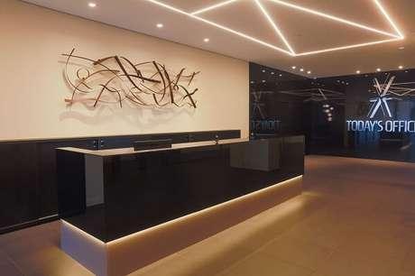 56. Ambiente com balcão iluminado e luminária embutida. Projeto por Sorttie Marketing & Conteúdo