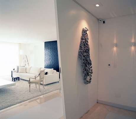 51. Corredor clean com escultura de aprende. Projeto por Sandra Picciotto