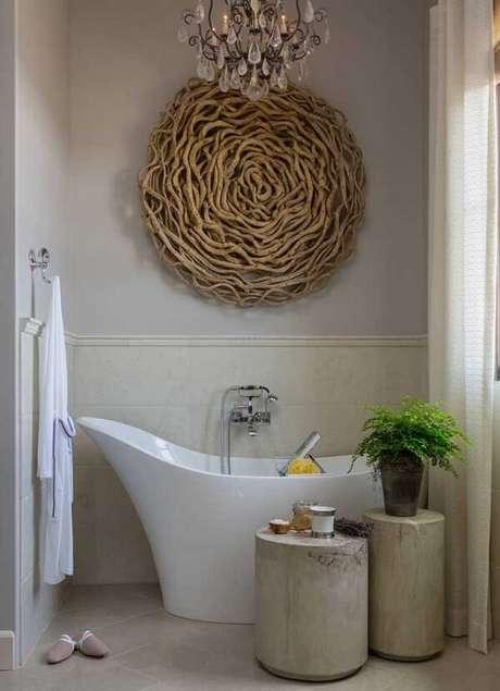 69. Escultura de parede de madeira para parede decora o banheiro. Fonte: Pinterest
