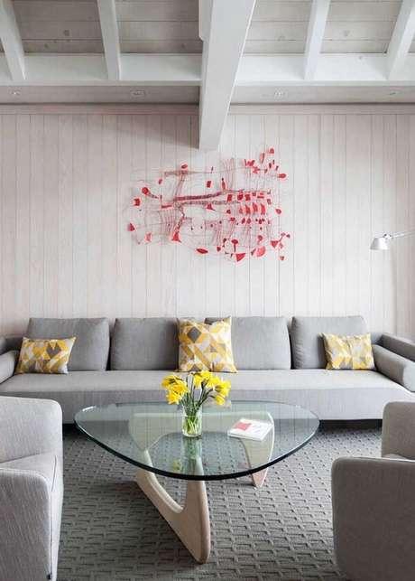 43. Escultura de parede abstrata e colorida ideal se destaca no ambiente neutro. Fonte: Pinterest