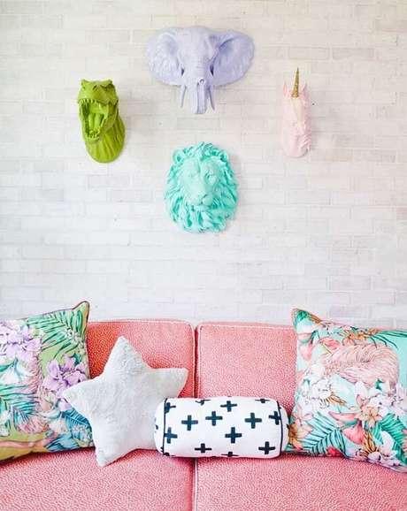 67. Escultura de parede colorida traz alegria para a decoração. Fonte: Pinterest