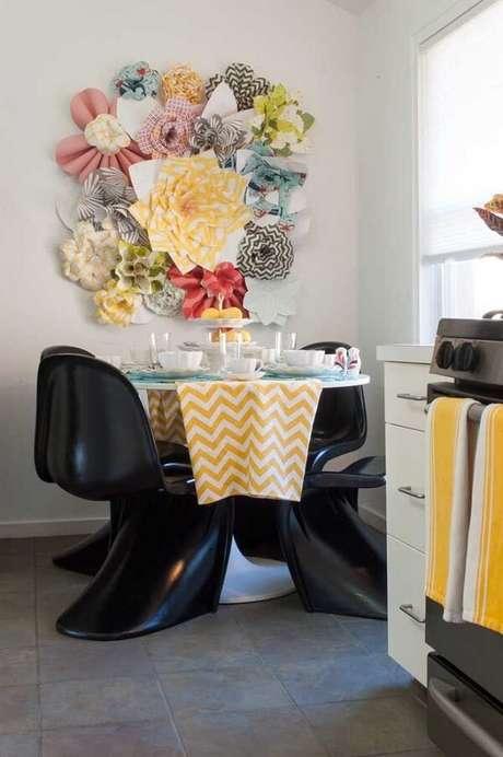 41. Escultura de parede para sala de jantar com flores gigantes. Fonte: Pinterest