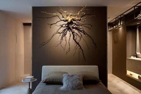 55. Escultura de parede criativa se destaca na decoração do dormitório. Projeto por Sandra Moura