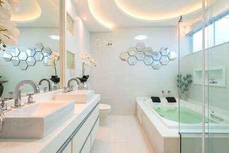 42. Escultura de parede espelhada para a área do banheiro. Projeto por Iara Kilaris
