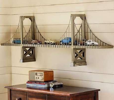 25. Inove na decoração e invista em uma escultura de parede que também serve de prateleira. Fonte: Pinterest