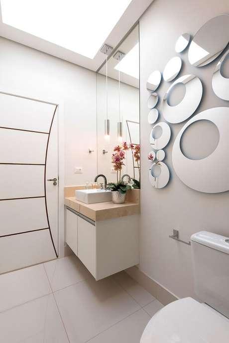 1. Lavabo clean com escultura de parede espelhada. Projeto por Iara Kilaris