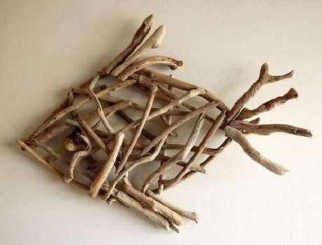 21. Para uma decoração rústica que tal investir em uma escultura de madeira para parede. Fonte: Pinterest