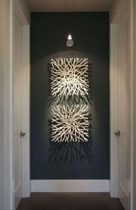 33. Use spot de luz para realçar a escultura de parede. Fonte: Pinterest