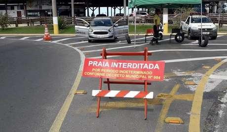 A prefeitura instalou barreiras no acesso a Ilha Comprida para controlar a entrada de donos de imóveis de temporada