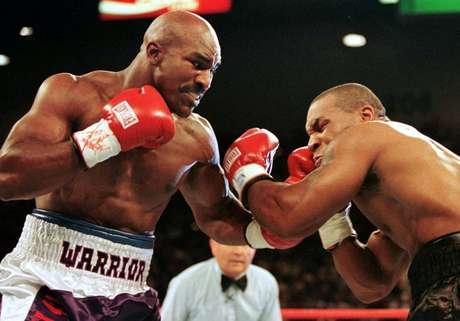 Luta entre Evander Holyfield (à direita) e Mike Tyson em 1997, em Las Vegas (EUA)  28/06/1997