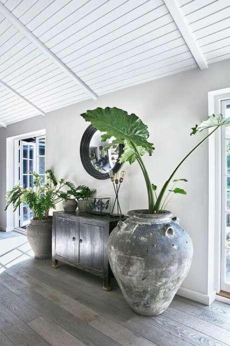 13. Casa decorada com vaso grande – Via: Casa Tres Chic