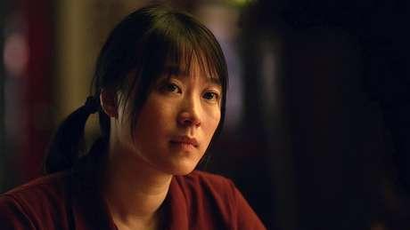 Lu Huang em 'Pequenos Incêndios Por Toda Parte' (2020). Trama de sua personagem é fio condutor da série que discute o privilégio branco