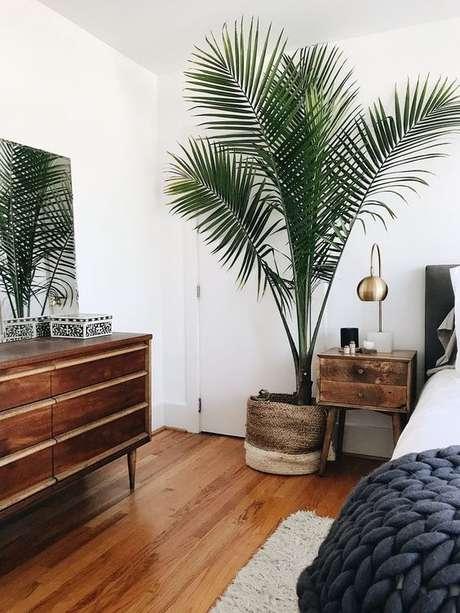 16. Quarto com vaso grande de plantas e móveis de madeira – Via: Pinterest