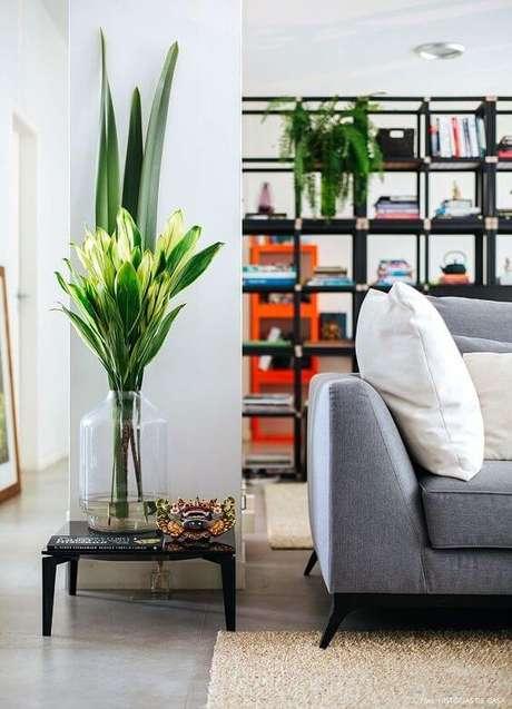 28. Vaso de vidro grande com plantas bonitas na decoração moderna – Via: Pinterest