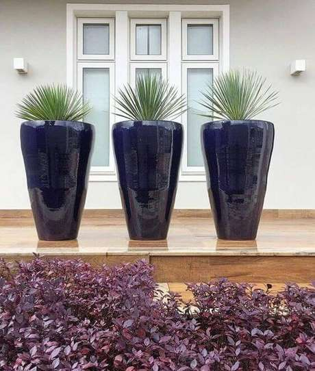 31. Vasos grandes para jardim na cor azul – Via: Pinterest