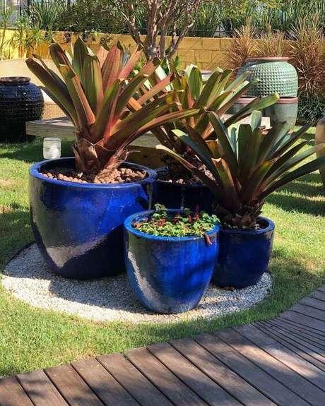 32. Vaso grande azul no jardim moderno – Via: Pinterest