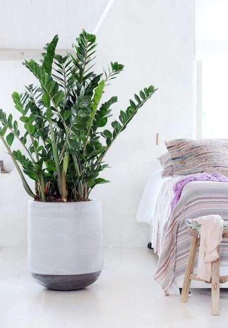 33. Vaso grande branco para quarto moderno – Via: Pinterest