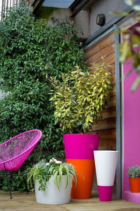 36. Vaso grande colorido na varanda moderna – Via: Cote Maison