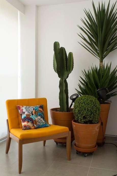 3. Vaso grande de barro na decoração com poltrona amarela – Via: Pinterest