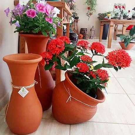 41. Vasos grandes para jardim com flores coloridas – Via: Pinterest