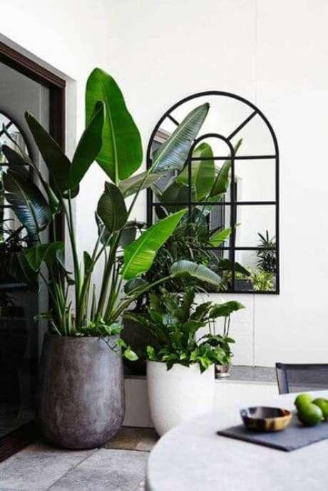 44. Sala de jantar com vasos grandes para plantas no canto, decorando o ambiente – Via: Pinterest