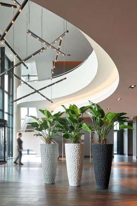 47. Vaso grande decorativo em tons de cinza e branco – Via: Pinterest