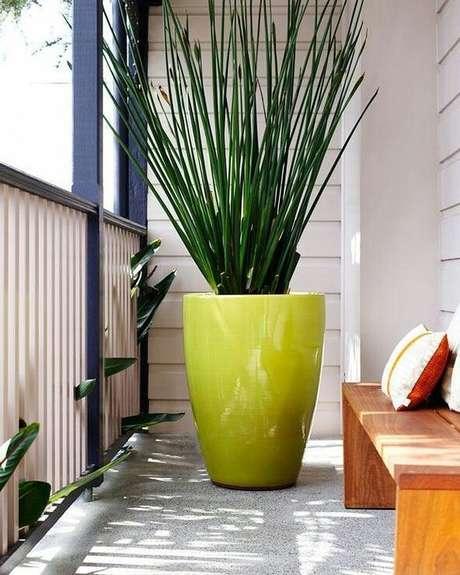51. Vaso grande verde na varanda moderna – Via: Pinterest