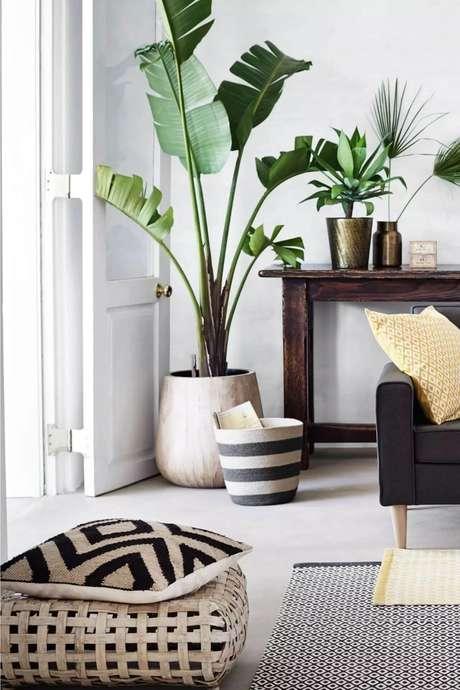 56. Sala moderna com vaso grande e móveis de madeira – Via: Pinterest