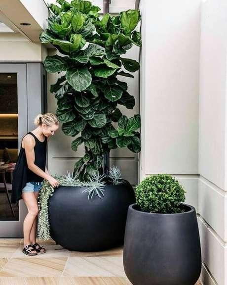 61. A entrada de casa fica ainda mais bonita com o vaso grande – Via: Pinterest