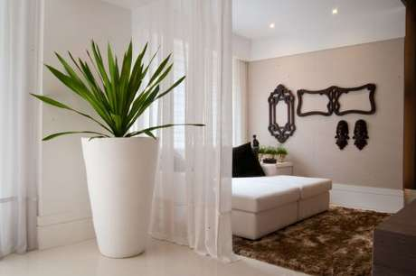 63. O vaso grande e branco é perfeito para ambientes neutros – Via: Pinterest