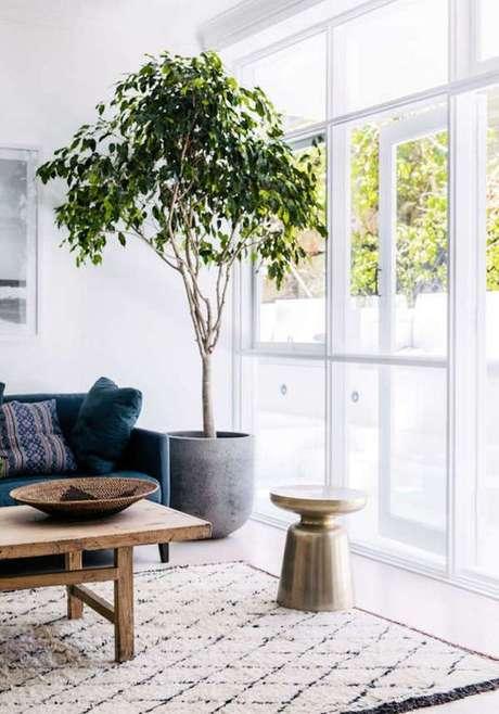 62. Vaso grande para sala de estar ao lado do sofá azul – Via: Pinterest